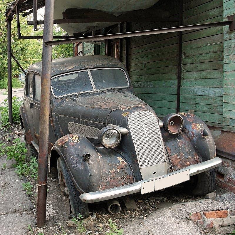 De oude autojaren '30 leeft uit de rest van het leven in de werf stock foto