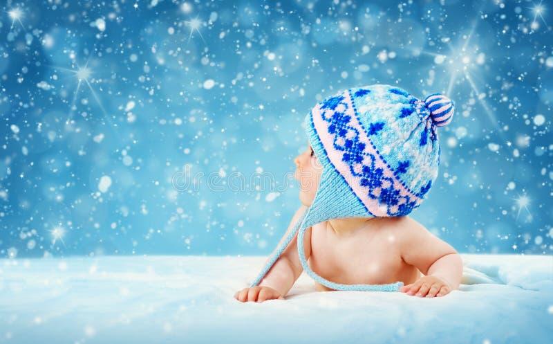 De oude baby die van acht maanden op zachte deken liggen stock afbeeldingen