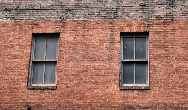 De oude baksteenbouw met vensters royalty-vrije stock afbeeldingen