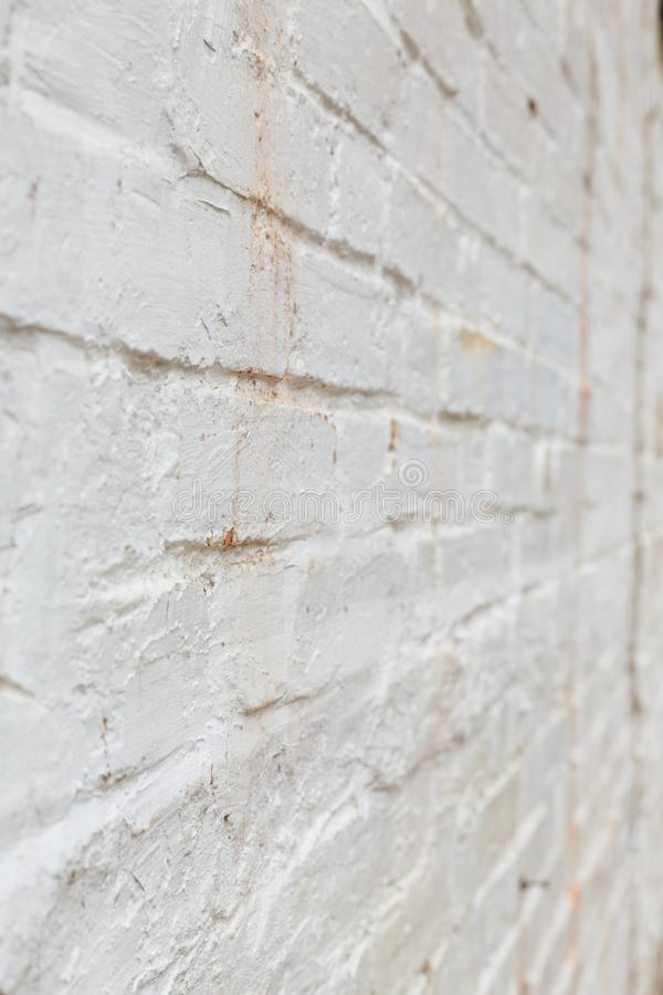 De oude bakstenen muur schilderde wit stock foto