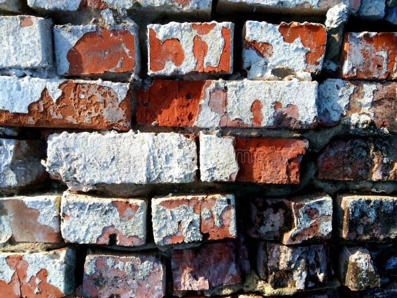 De oude bakstenen muur wordt gemaakt van rode bakstenen stock afbeelding