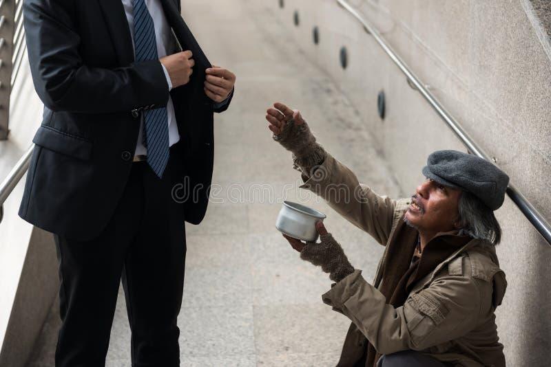 De oude bedelaar of de daklozen vragen om geld royalty-vrije stock foto's