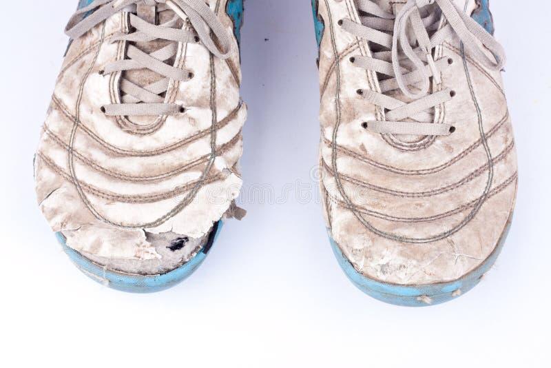 De oude beschadigde futsal sportenschoenen op witte achtergrond isoleerden dicht omhoog royalty-vrije stock afbeeldingen