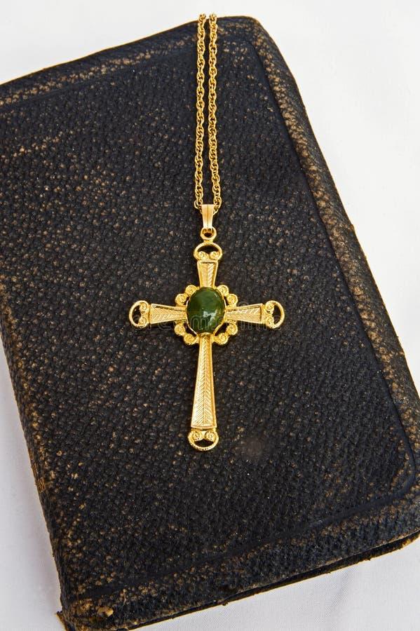 De oude Bijbel met jewelled verfraaid gouden kruis. stock fotografie