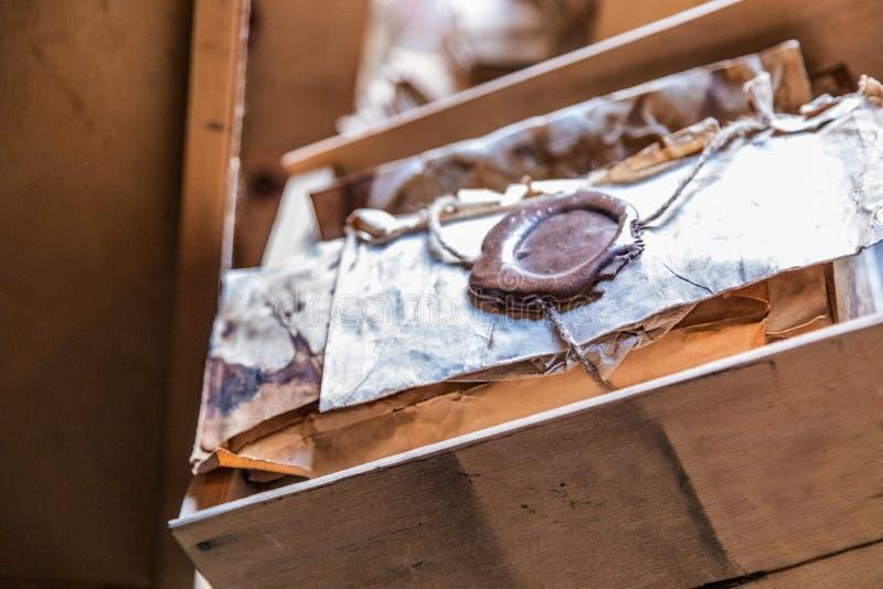 De oude bladen worden verzegeld met was in een houten vakje op het venster stock foto