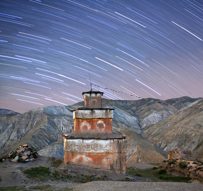 De oude Bon-mening van de stupanacht in Dolpo, Nepal Himalayagebergte stock foto