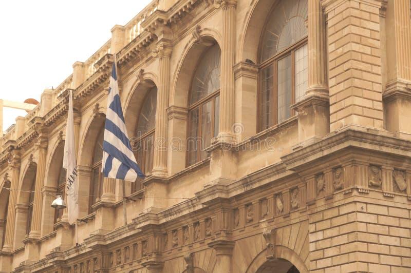 De oude bouw met Griekse vlag stock afbeelding