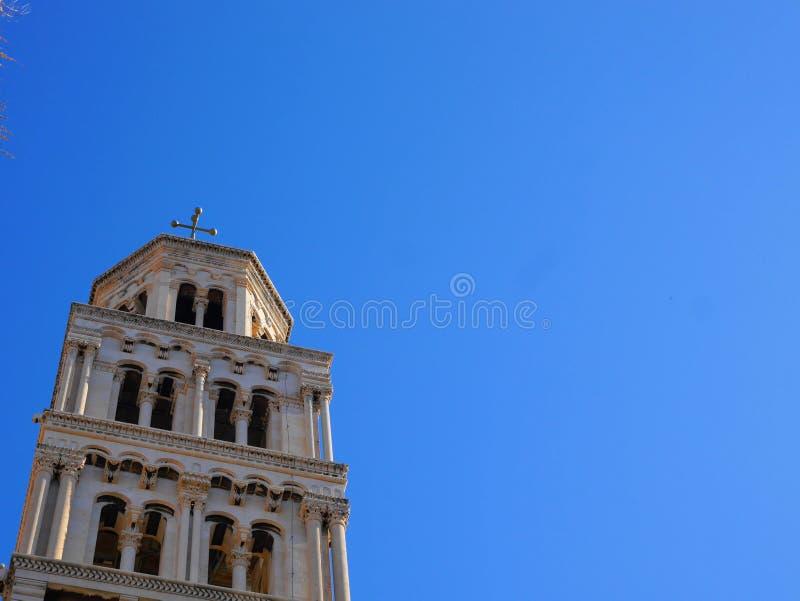 De oude bouw met grote hemel stock foto
