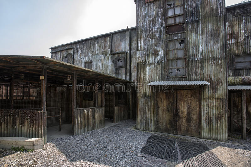 De oude bouw van verlaten pakhuis stock fotografie