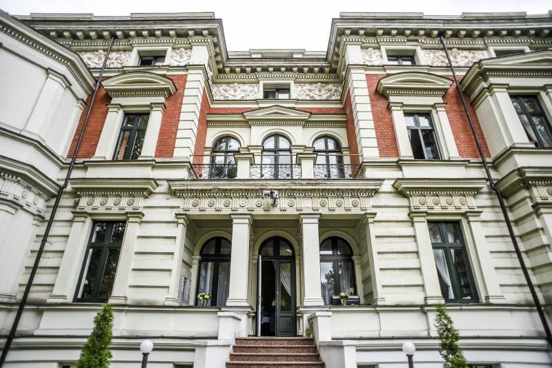 De oude bouw in verschillende kleuren, interessante architectuur royalty-vrije stock afbeelding
