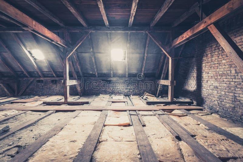 De oude bouw, zolderzolder/dakbouw royalty-vrije stock foto