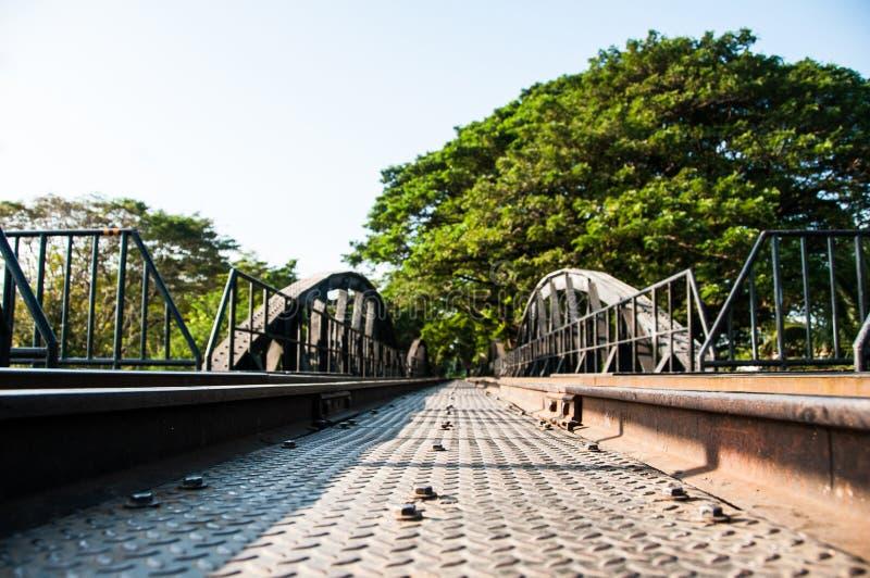De Oude Brug die van de Metaalspoorweg die tot boomtunnel leiden stock foto