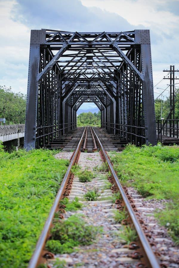 De oude brug van de spoormanier, de bouw van de Spoormanier in het land, Reismanier voor reis door trein aan om het even welk waa royalty-vrije stock foto