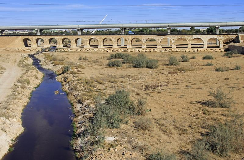 De oude brug van de ottomanespoorweg op rand van Beersheva stock foto