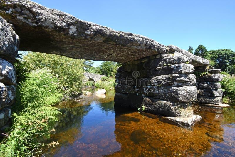 De oude Brug van de steenklep, Dartmoor, Engeland royalty-vrije stock foto