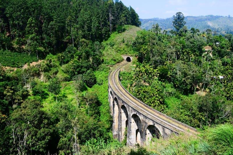 De oude brug van de steenspoorweg in koloniale stijl stock foto's