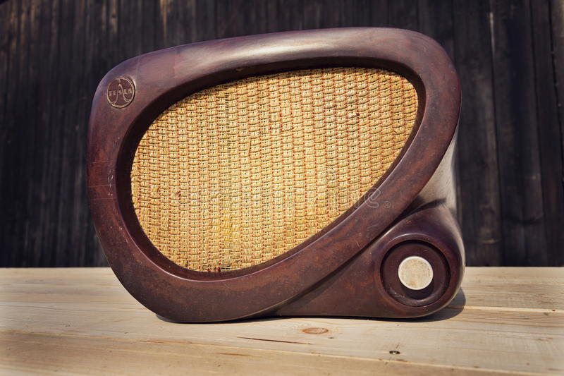 De oude bruine uitstekende radio van bakeliettesla op houten achtergrond royalty-vrije stock afbeeldingen