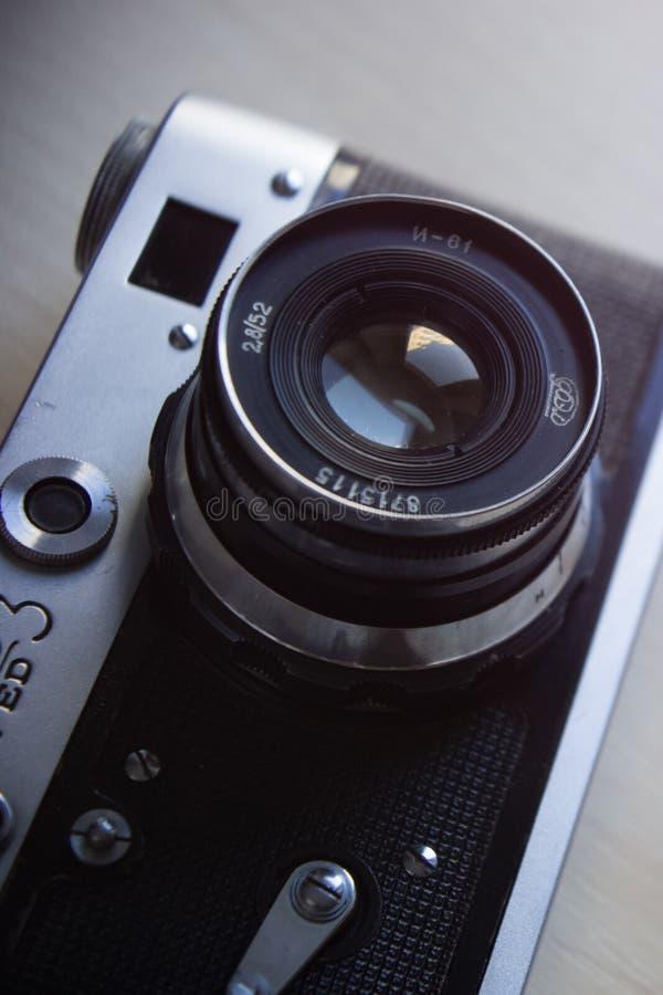 De oude camera van de Camera Uitstekende film op houten achtergrond Instagramstijl royalty-vrije stock afbeeldingen