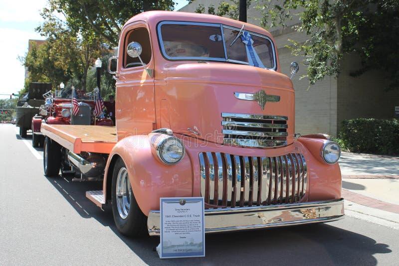 De oude Chevrolet-Vrachtwagen bij de auto toont royalty-vrije stock afbeeldingen