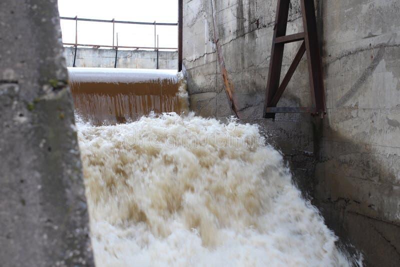 De oude dam een krachtige stroom van water kookt van het Siberische dorp van passen verkh-Tula de waterafvoerkanalen de de lentev stock foto's