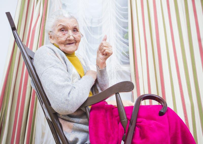 De oude dame beduimelt omhoog stock afbeelding