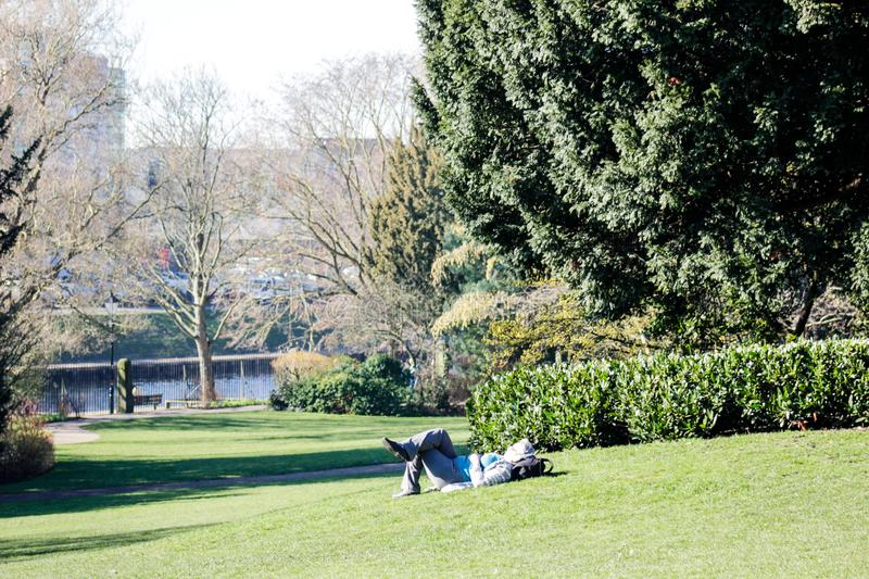 De oude dame heeft rust in een park in York in 2018 stock fotografie