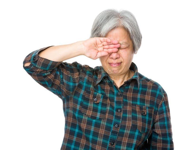 De oude dame voelt pijn van oog royalty-vrije stock afbeeldingen