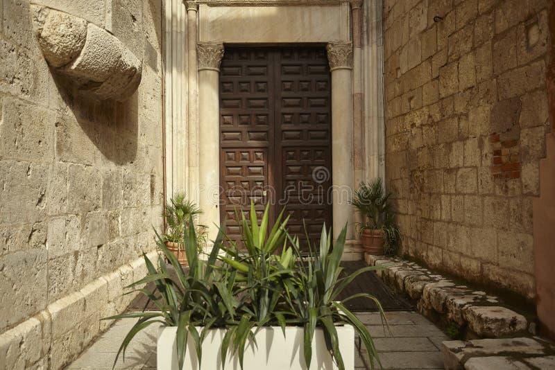 De oude deur royalty-vrije stock afbeeldingen