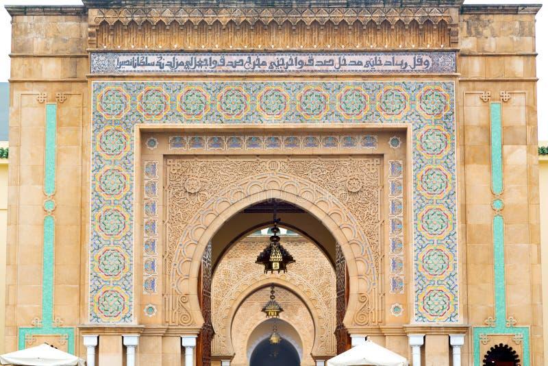 de oude deur in Marokko Afrika ancien muur overladen blauw stock afbeelding