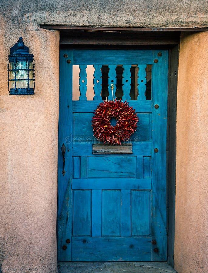 De oude deur van Kerstmanfe in diepe blauwe kleuren stock foto
