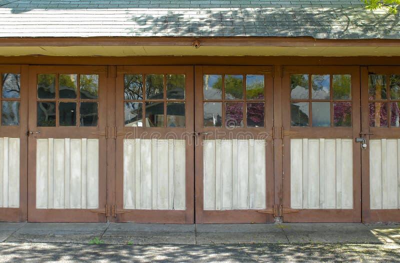 De oude Deuren van de Garage stock fotografie