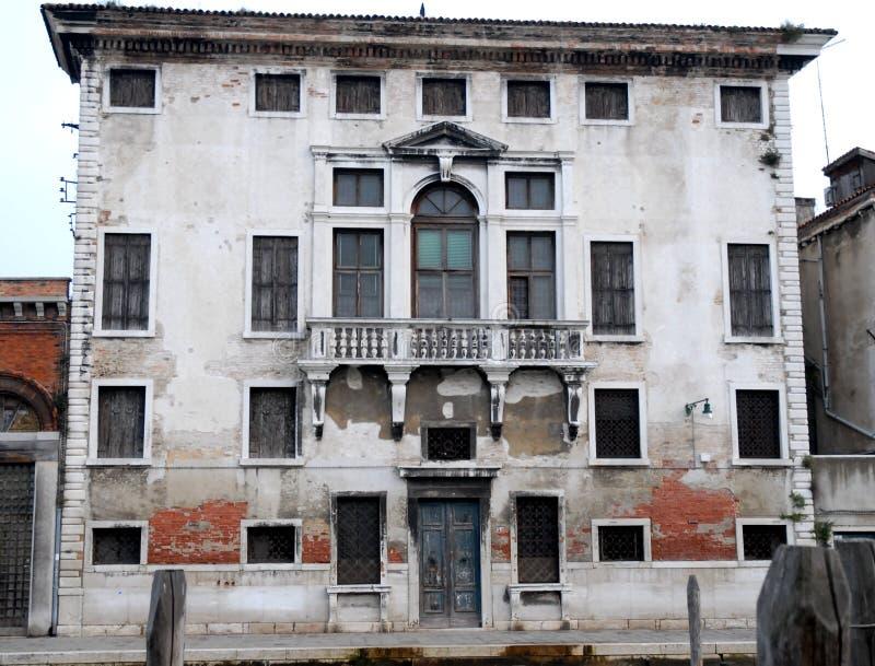 De oude die bouw in Murano in de stad van Venetië Veneto wordt overzien (Italië) stock afbeeldingen