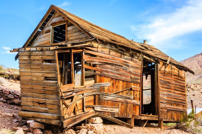 De oude die cabine van de het westenmijnbouw in de woestijn van Doodsvallei Californië wordt gevestigd stock afbeelding