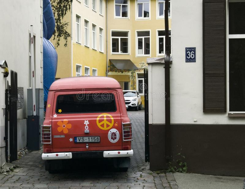 De oude die Ford-bestelwagen met symbolen van vrede en goedheid, de jeugdcultuur wordt geschilderd van Letland waardeert retro st royalty-vrije stock afbeeldingen