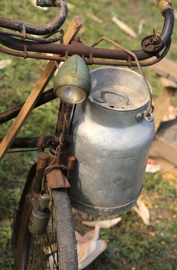 De oude die karnton van de aluminiummelk door landbouwers wordt gebruikt om verse melk van te brengen royalty-vrije stock afbeeldingen