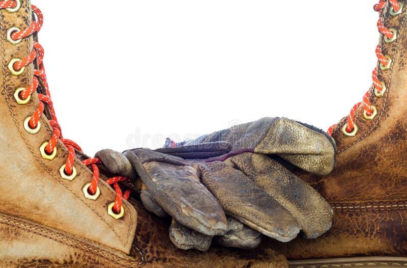 De oude die leerschoen en handschoenen van het leerwerk, op witte rug wordt geïsoleerd royalty-vrije stock foto