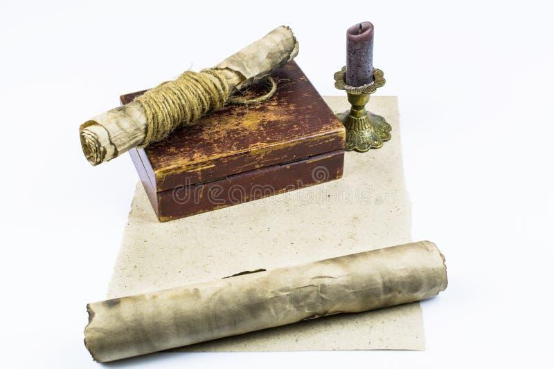 De oude documenten, een vakje en een kandelaar zijn op een leeg die blad van document op witte achtergrond wordt geïsoleerd Ruimt stock afbeeldingen