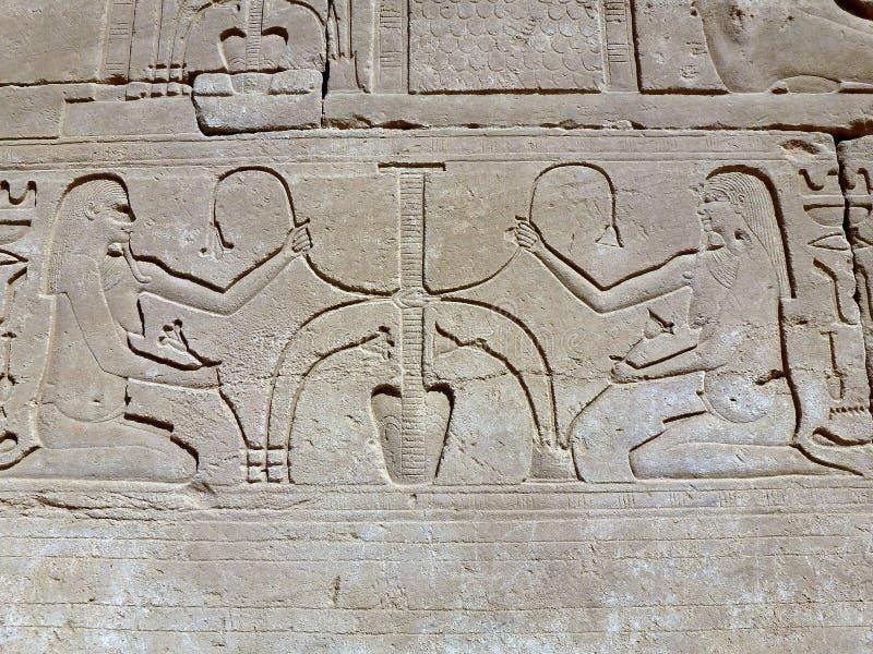 De oude Egyptenaren op de muur van Karnak-tempel royalty-vrije stock afbeeldingen