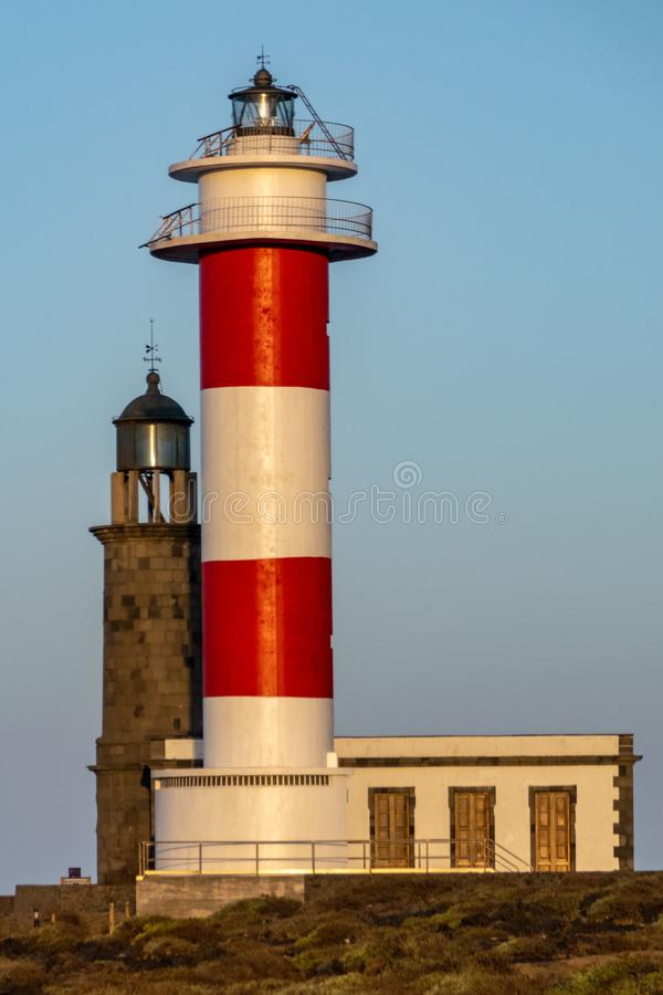 De oude en nieuwe vuurtoren v??r zonsopgang in Faro DE Fuencaliente, La Palma, Canarische Eilanden, Spanje royalty-vrije stock afbeelding