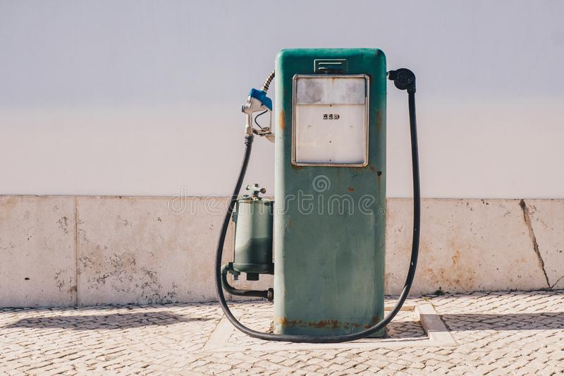 De oude en versleten uitstekende pomp van de gasolie stock foto's