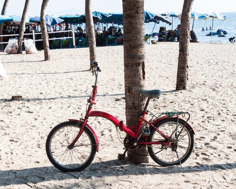 De oude fiets op het strand royalty-vrije stock afbeelding