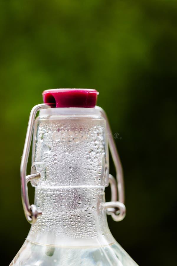 De oude fles van het maniermetaal GLB met druppeltjes royalty-vrije stock foto's
