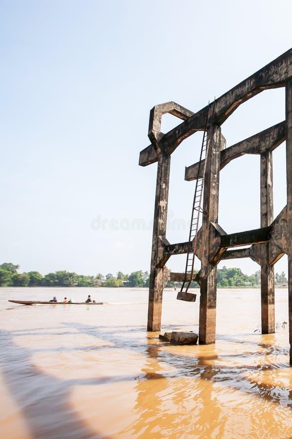 De oude Franse spoorwegbrug over de Mekong Rivier in Si Phan trekt, Laos aan royalty-vrije stock foto's