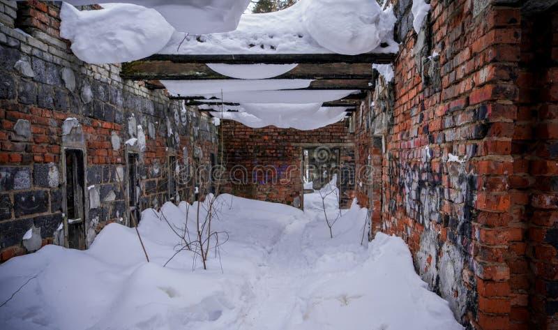 De oude gebroken geruïneerde verlaten bouw stock foto