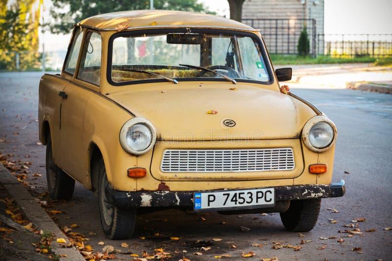De oude gele auto van Trabant 601s op de straat royalty-vrije stock foto's