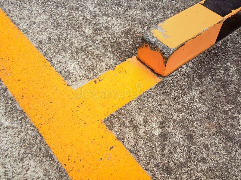 De oude gele grenzen van de asfaltweg royalty-vrije stock fotografie