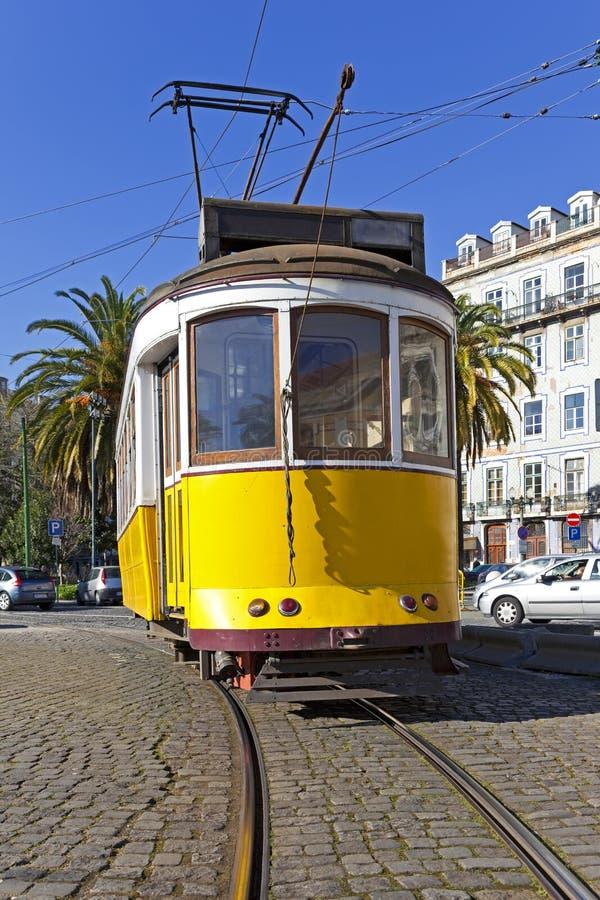 De oude gele tram van Lissabon stock fotografie