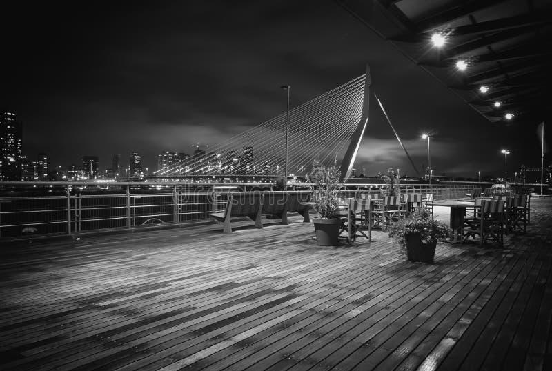De Oude Gerstkorrel van Erasmus Bridge Night Photography Rotterdam stock foto