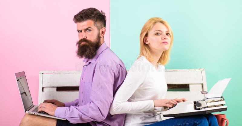 De oude gewoonten van de tijdverandering Ouderwets tegen modern, verouderd tegen nieuw Man de moderne modieuze laptop en vrouw va stock afbeeldingen