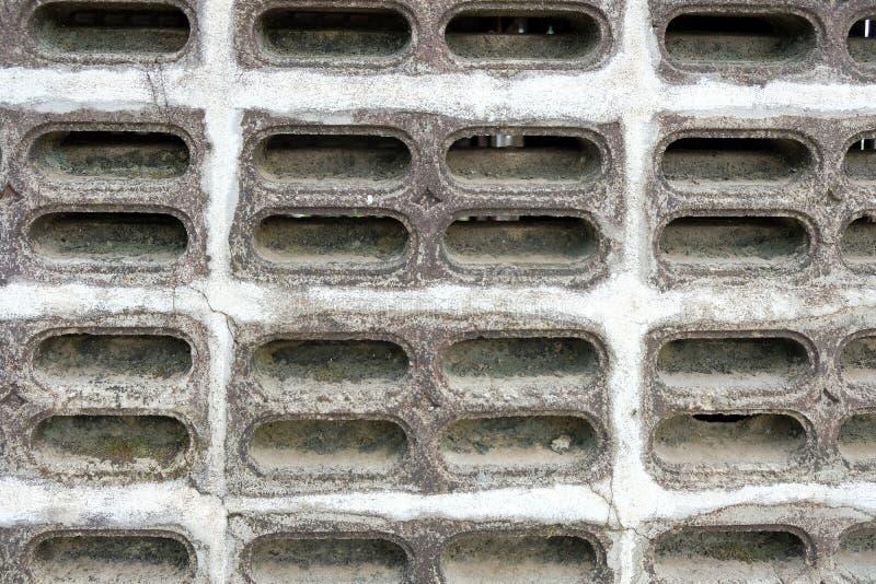 De oude Gietgalbakstenen voor luchtstroom hebben stof en grond royalty-vrije stock afbeelding